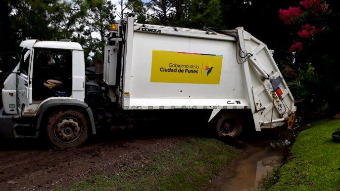 Camion basura en la zanja